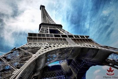 фототапети изглед отдолу на Айфеловата кула